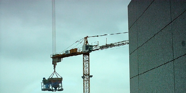 Kran mit Bauarbeitern